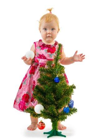 hübsches kleines Mädchen in der Nähe des Neujahrsbaums