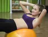 Mladá žena na fitness míč