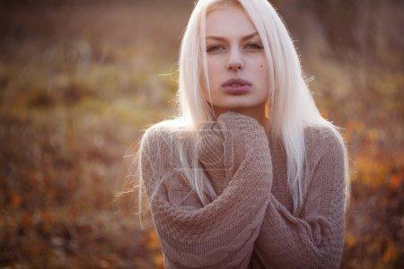 Photo pour Belle fille gel extérieure, automne, froid, bleu - image libre de droit