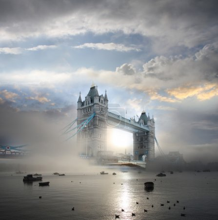 Photo pour Tower bridge avec brouillard, Londres, Royaume-Uni - image libre de droit