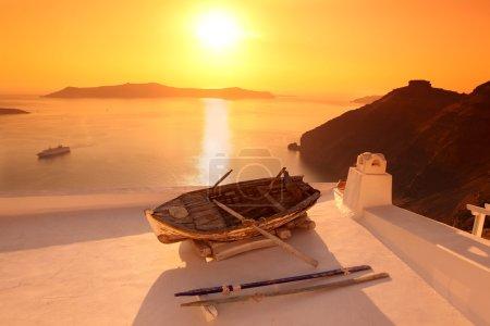 Photo pour Vieux bateau de pêche à Santorin, Grèce - image libre de droit