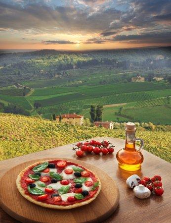 pizza italienne dans le chianti, paysage de vignoble célèbre en Italie