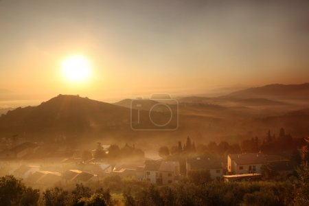 matin brumeux à carmignano, paysage de Toscane en Italie