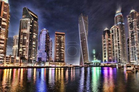 Photo pour Dubai Marina avec gratte-ciel et bateaux à Dubaï, Émirats arabes unis - image libre de droit