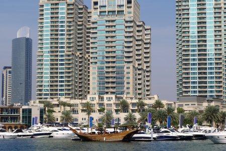 Photo pour Marina de Dubaï avec bateau contre les gratte-ciel à Dubaï, Émirats arabes unis - image libre de droit