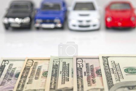 Photo pour Acheter une nouvelle voiture pour de l'argent. Le choix des couleurs et des modèles - image libre de droit