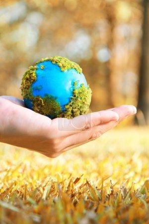 Photo pour Terre entre les mains, Concept Sauver la planète verte . - image libre de droit
