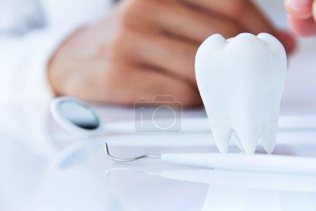 Photo pour Molaire avec fond de dentiste, hygiéniste dentaire concept - image libre de droit