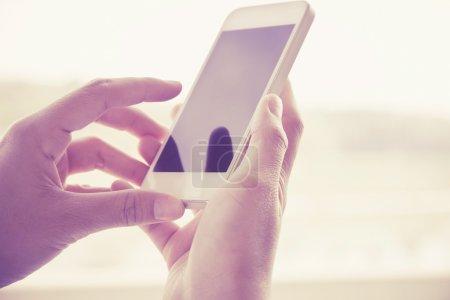 Photo pour Femme à l'aide d'un téléphone intelligent - image libre de droit