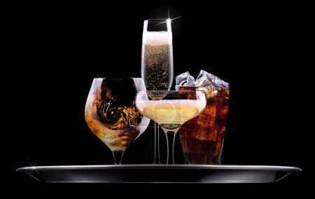 Photo pour Plateau avec différentes boissons sur fond noir champagne, bière, cocktail, vin, brandy, whisky, scotch, vodka, cognac - image libre de droit