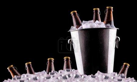 Foto de Botellas de cerveza en el cubo de hielo aislado en negro - Imagen libre de derechos