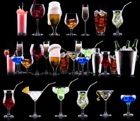 Photo pour Alcool différente boissons ensemble - bière, vin, cocktail, jus, champagne, scotch, soude - image libre de droit