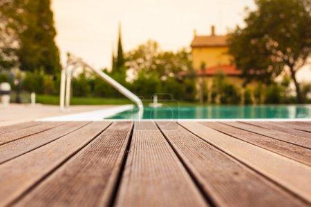 Photo pour Le bordage d'une piscine à faible profondeur de champ - image libre de droit