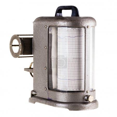 Photo pour Un vieux hygromètre vintage ou sismographe isolé sur fond blanc - image libre de droit