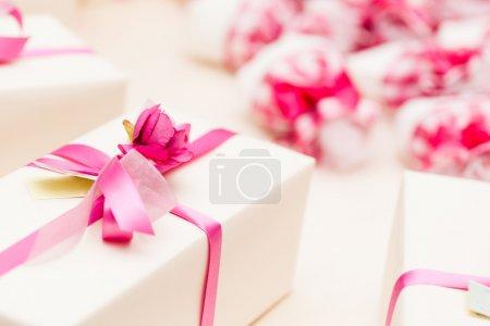 Photo pour Faveurs de mariage magnifique enveloppé dans des boîtes de mignons - image libre de droit