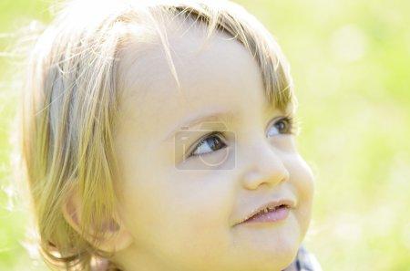 Photo pour Un adorable petit garçon avec une belle expression - image libre de droit