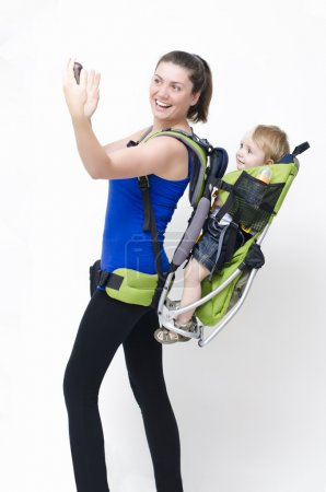 Photo pour Une jeune femme trekking avec son bébé - image libre de droit