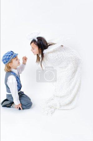 Photo pour Un petit garçon offrant une bague à une fille - image libre de droit