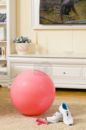 Photo pour Fitness Ball et Sneakers dans un salon - image libre de droit