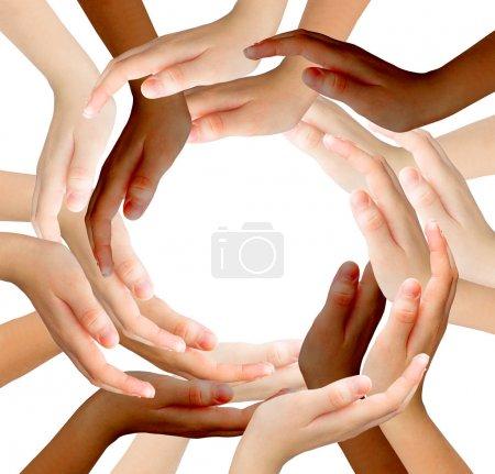 Photo pour Mains, équipe, groupe, environnement, soins, concept, réalisation, travail d'équipe, noir, holistique, protection, isolé, beaucoup, dans le monde entier, blanc, communauté, bras, course, paix, signe, interracial, unité, recyclage, symbole, peau foncée, cercle, recycle, gens, diffe - image libre de droit