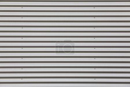 Photo pour Grand coup de tôle ondulée argentée avec boulons - image libre de droit