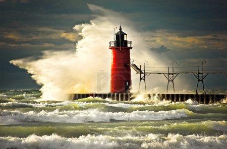 Photo pour South Haven, Michigan phare claqué par une vague géante . - image libre de droit