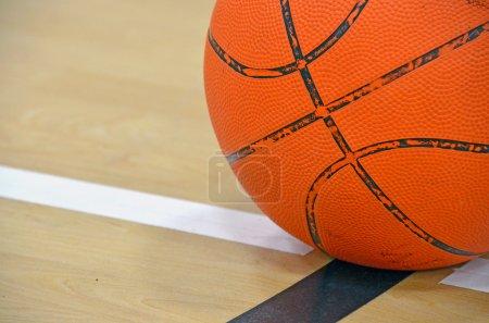 Photo pour Gros plan d'un ballon de basket sur la limite . - image libre de droit