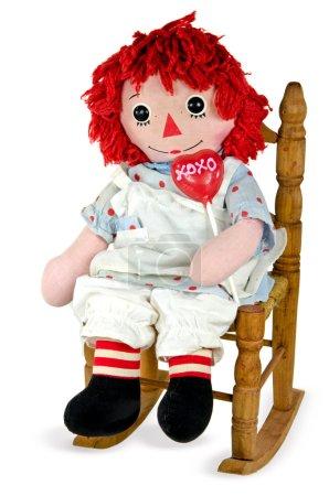 Photo pour Vieille poupée en chiffon dans un fauteuil à bascule avec ventouse coeur rouge . - image libre de droit