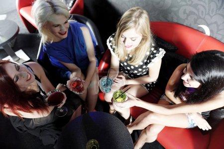 Foto de Atractivo grupo de amigos riendo y divirtiéndose en un club nocturno - Imagen libre de derechos