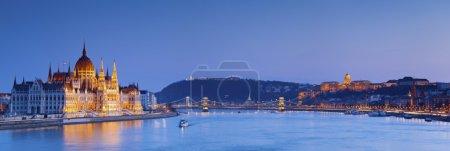 Photo pour Image panoramique de Budapest, capitale de la Hongrie, au crépuscule heure bleue . - image libre de droit