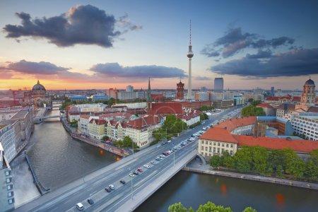 Photo pour Vue aérienne de Berlin pendant le beau coucher du soleil . - image libre de droit
