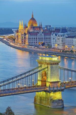 Photo pour Image du parlement hongrois et du pont de la chaîne à Budapest pendant l'heure bleue crépusculaire . - image libre de droit