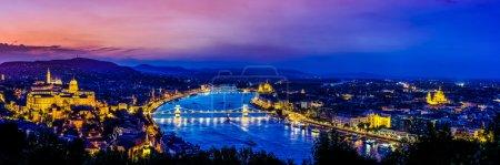 Photo pour Budapest, Hongrie coucher de soleil avec Danube, Parlement, Château. Vue de Gellert Hill - image libre de droit