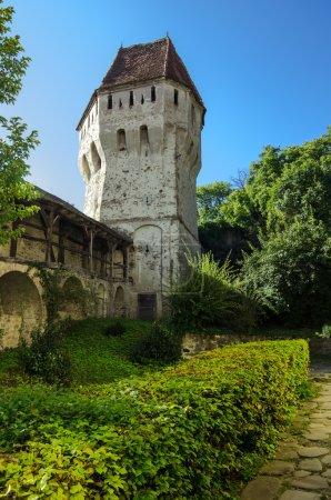 Photo pour La tour enducteurs étain depuis la Citadelle de sighisoara, située en plein cœur de transylvania,romania.the tour a une forme très complexe et étrange et ses murs sont criblés de balles et les boulets de Canon. - image libre de droit