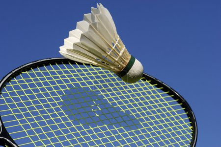 Photo pour Navette frappant la raquette de badminton . - image libre de droit