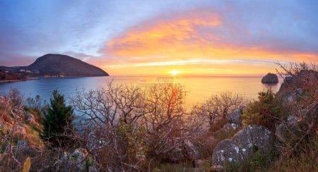 Photo pour Paysage marin avec lever de soleil à Artek. Crimée - image libre de droit