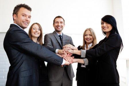 équipe des activités joignant les mains