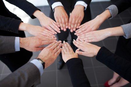Photo pour Affaires en joignant les mains. travail d'équipe - image libre de droit