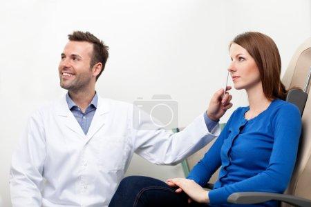 Photo pour Optométriste faire un test de vue pour femme pateient - image libre de droit