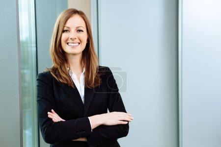 Photo pour Femme d'affaires confiante se tient dans le bureau - image libre de droit