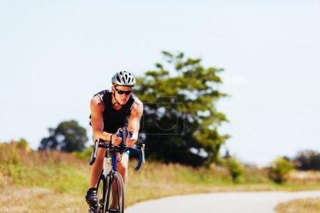 Photo pour Triathlète cyclisme sur un vélo - image libre de droit