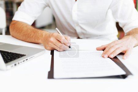 Photo pour Signature du contrat de fermer vers le haut - image libre de droit