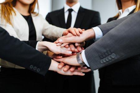 Photo pour Les gens d'affaires unissent leurs mains - image libre de droit