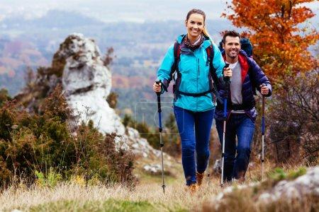 Photo pour À l'automne. routards couple randonnée sur le chemin d'accès dans les montagnes au cours de l'automne. - image libre de droit