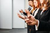 Podnikatelé pomocí smartphone