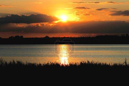 Photo pour Aube du soleil sur la mer - image libre de droit