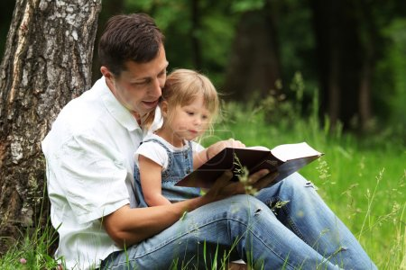 Photo pour Père et fille, lecture de la bible - image libre de droit