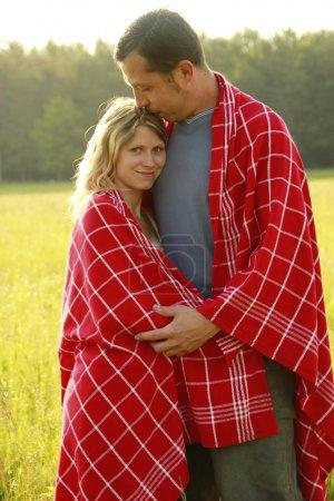 Photo pour Un jeune couple amoureux en plein air - image libre de droit