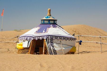 Photo pour Yourte mongole dans le désert de gobi, dans la chaleur de la journée - image libre de droit