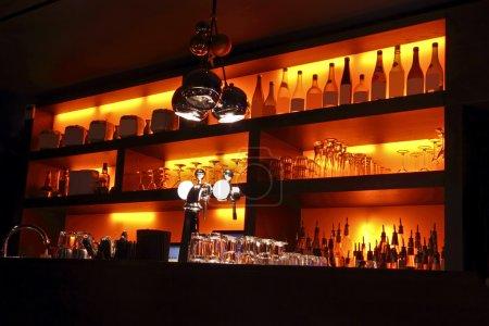 Photo pour Coctail bar intérieur - image libre de droit
